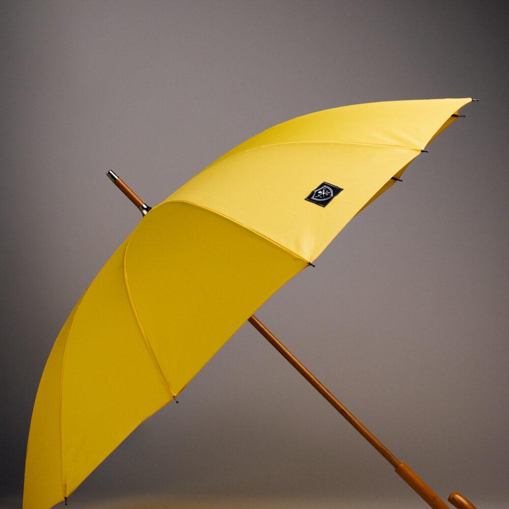 Klassiskt gult paraply med träskaft